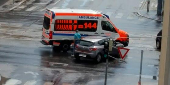 In der Kreuzung Wagramerstrasse/Steigenteschgasse krachte ein PKW in ein Rettungsauto.