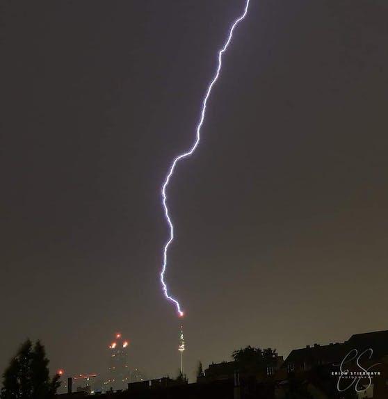 Am Samstag gegen 23 Uhr schlug ein Blitz im Donauturm ein.