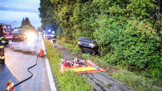 Sonntagfrüh kam ein 21-jähriger Mercedes-Fahrer mit weit überhöhter Geschwindigkeit von der Fahrbahn ab. Fünf Personen wurden zum Teil schwer verletzt.