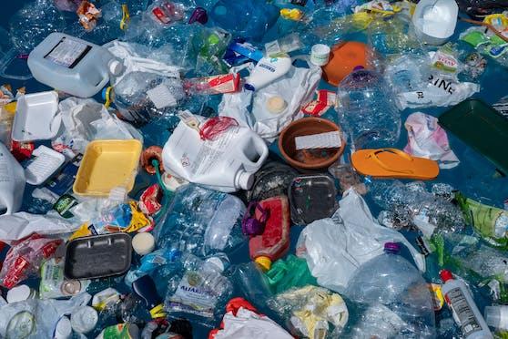 Plastikmüll gibt es immer mehr auf den Weltmeere - nicht gerade eine Erleichterung für die Meeresbewohner.