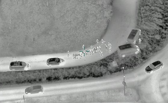 Drohnenaufnahme mit Wärmebildkamera: illegale Migranten an Burgenlands grüner Grenze.