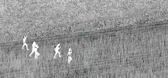 Wärmebildkamera-Aufnahmen einer Flugdrohne zeigen Migranten beim Versuch, illegal die Grüne Grenze nach Österreich zu übertreten
