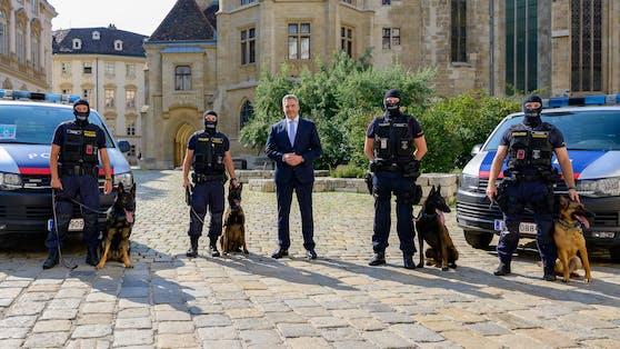 Innenminister Karl Nehammer (Mitte) freute sich gemeinsam mit vier Hundeführern über die tierische Verstärkung.