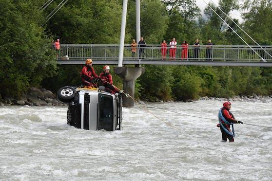 In Schwendau im Zillertal stürzte am Montagvormittag ein Fahrzeug in den Ziller.