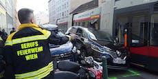 Bim quetscht Renault beim Einparken in Favoriten ein
