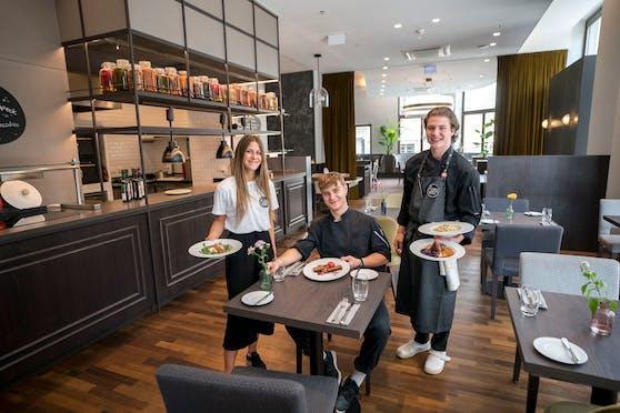 """Kathi (links), Moritz (Mitte) und Pius (rechts) sind Freunde, Klassenkameraden und Kollegen. Für ihr Pflichtpraktikum führen sie das Pop-Up Lokal """"Die Boys & Marie"""" (City)."""