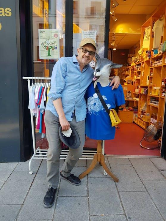 Kabarettist Joseph Hader, Promi und Spender bei Fashion4Future spendet sein Sommerkapperl.