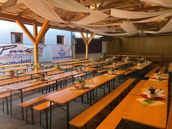 In dieser Festhalle in Projern feierte eine corona-positive Person mit.