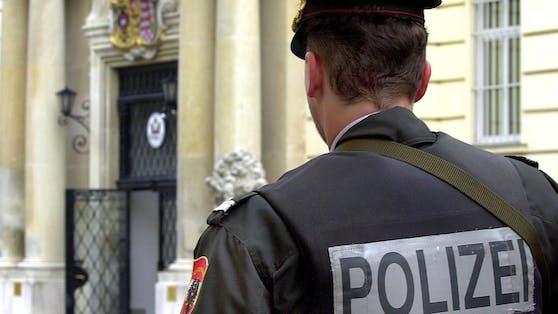 Ein Polizist vor der US-Botschaft in der Wiener Boltzmanngasse (Archivfoto).