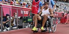 Zehnkämpfer im Rollstuhl aus dem Stadion gebracht