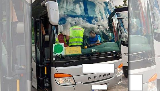 Hier kontrolliert die Finanzpolizei den Busfahrer.