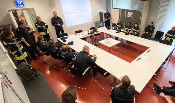"""Im """"Landesführungsstab Feuerwehr"""" in Tulln wird die erste Einheit der insgesamt 60 Mitglieder umfassenden Löschtruppe für den Großeinsatz in Nordmazedonien vorbereitet."""
