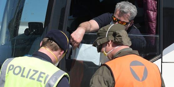 Bundesheer und Polizei kooperieren bereits seit längerem bei Kontrollen an der Grenze zu Ungarn. (Symbolbild)
