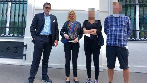 Anwalt F. Höllwarth mit Mitarbeiterin I. Laudon und Eltern am Freitag vor dem Bundeskanzleramt in Wien