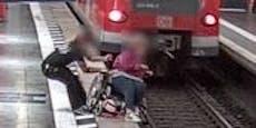 Mann rettet Rollstuhlfahrerin vor Sturz in Gleise