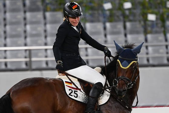 Annika Schleu mit dem zugelosten Pferd Saint Boy.
