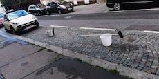 Wiener reserviert Parkplatz mit Besen und Kübel