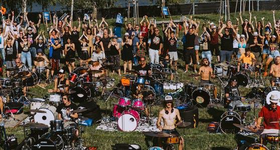 """Unter dem Motto """"Rock Together – Mit Abstand und doch gemeinsam"""" stellte Radio 88.6 die größte Band Österreichs auf die Beine. 500 Musiker performen zusammen auf der Donauinsel."""