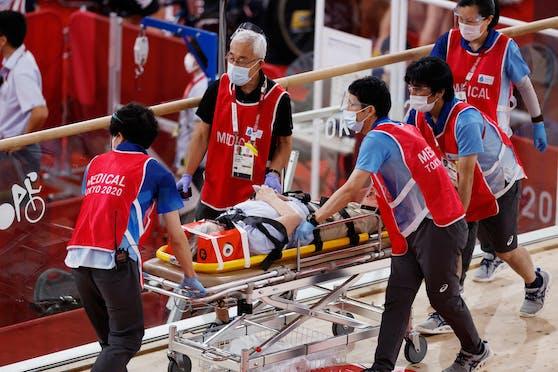Der Mann wird vom medizinischen Team ins Krankenhaus abtransportiert.
