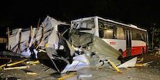 Sturm wehte kompletten Dachstuhl auf geparkte Busse