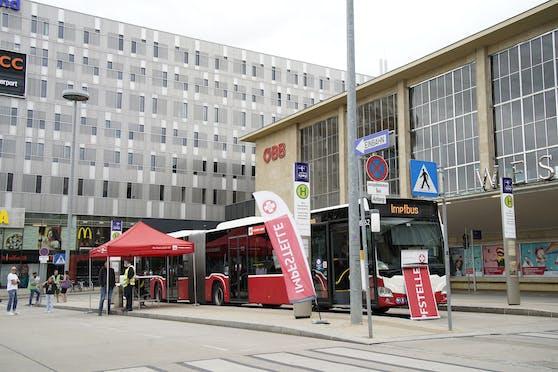 """Einer der beiden Wiener Impfbusse bei seiner """"Ausweich-Station"""" am Europaplatz vorm Westbahnhof."""