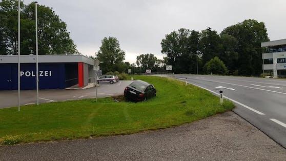 Der Unfalllenker schrottete seinen Wagen direkt vor der PI Schwanenstadt und verschwand dann.