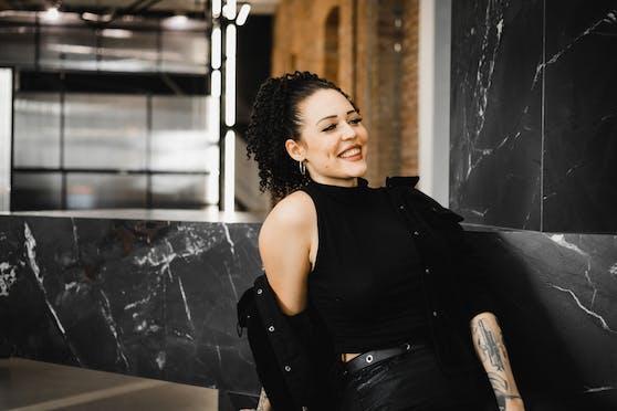 "Tattoo-Künstlerin Bianca arbeitet in RAF Camoras ""R. / TATTOO X BARBER"""