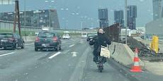 Mann fährt mit E-Scooter ohne Helm über Wiener Autobahn