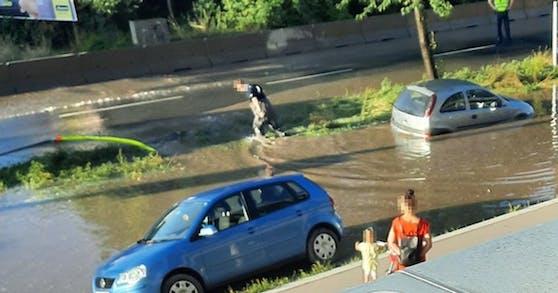 Die Breitenleer Straße war am Dienstag überflutet.