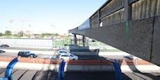 Riesen-Kran lässt Brückenteil auf der A23 abheben