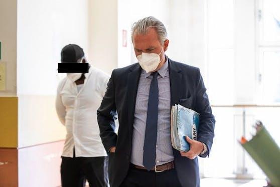Der Angeklagte mit Anwalt Normann Hofstätter