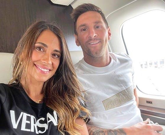 Antonela Roccuzzo zeigt sich und ihren Leo Messi im Flieger nach Paris.