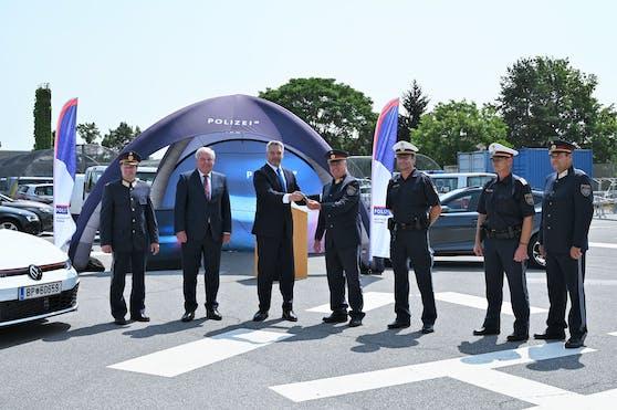 Innenminister Karl Nehammer und Landeschef Hermann Schützenhöfer (beide ÖVP) übergaben in Graz die Fahrzeuge an die Polizei.