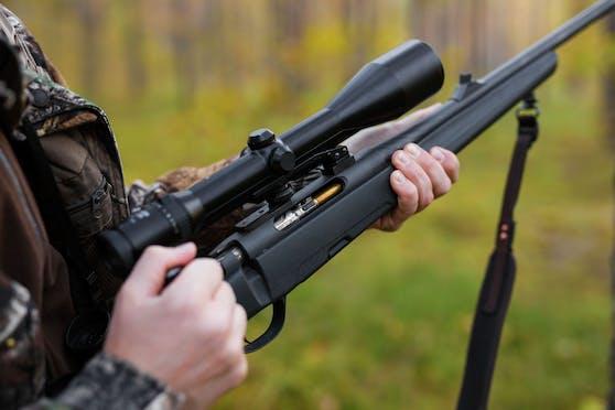 (Symbolbild) Ein Jäger erschoss doch tatsächlich ein Pferd (!) weil er es für ein Wildschwein hielt.