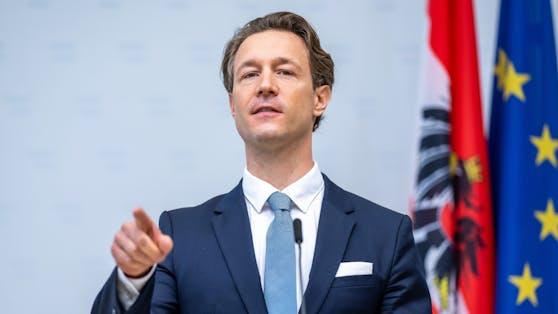 """""""Einschwerer Schlag gegen die organisierte Kriminalität in Oberösterreich"""", so Finanzminister Blümel zu der Aktion."""