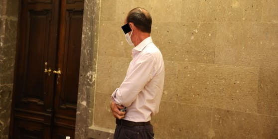 Der adelige Angeklagte gab sich vor Gericht scheu.