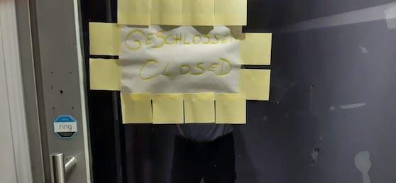 """Bei einem Einsatzort erfolgte die """"Schließung"""" so überhastet, dass man den Zettel mit """"Betrieb geschlossen"""" nur noch mit Post-It-Zetteln an der Türe befestigte."""