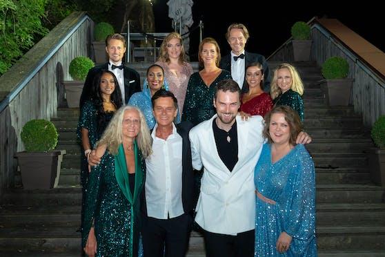 Designer Niki Niko (weißes Sakko) mit den Künstlern des Abends.