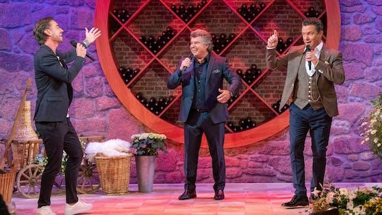 """Andy Borg, Florian Silbereisen (links) und Stefan Mross stehen beim """"Schlager-Spaß""""in bester Klubbb3-Manier gemeinsam auf der Bühne."""