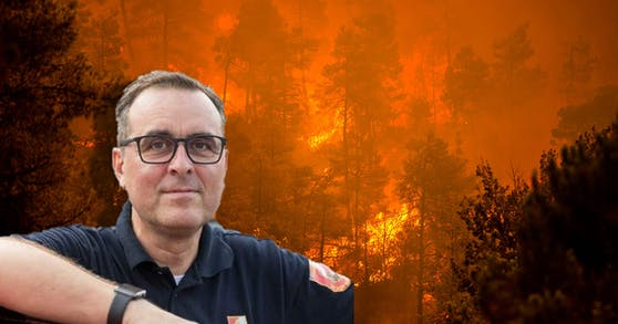 Michael Leprich, Kommandant der Freiwilligen Feuerwehr Salzburg, leitet den Einsatz der Feuerwehrmänner in Griechenand (Heute-Montage).