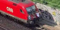 Junge Mädchen klammern sich auf fahrenden Zug in Wien