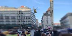 Rettungs-Hubschrauber landet am Stephansplatz in Wien
