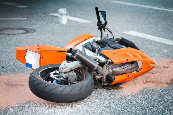 Der Biker erlitt bei dem Unfall tödliche Verletzungen. Symbolbild.
