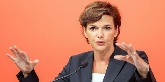 SPÖ-Chefin Pamela Rendi-Wagner will faire Löhne für AMS-Jobs und mehr Personal.