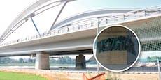 Brücke noch nicht offen, aber schon besprayt