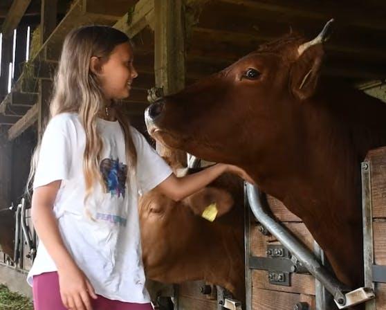 Sosanna mit ihrem tierischen Freund Ferdinand.