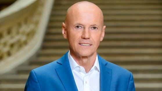 Peter Resetarits moderiert durch die Sendung.