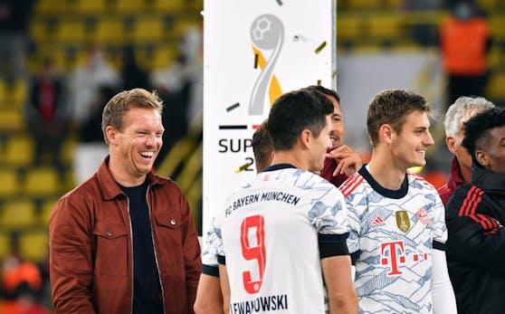 Julian Nagelsmann strahlt über seinen ersten Titel mit dem FC Bayern.