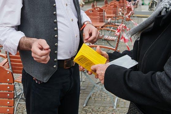 Im Vergleich zu anderen Ländern wird in Österreich nur sehr schleißig die 3G-Regel kontrolliert, kritisiertInfektiologe Herwig Kollaritsch.
