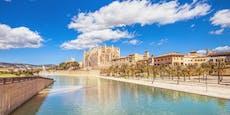 3-Jährige fällt bei Mallorca-Urlaub durch Kanaldeckel